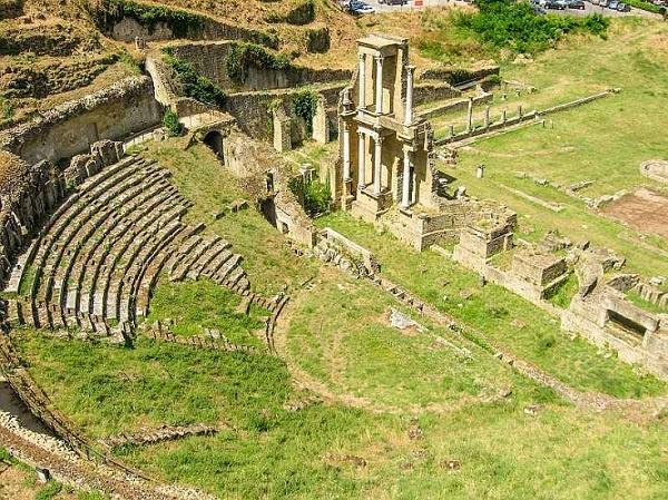 tuscany italy roman amphitheatre